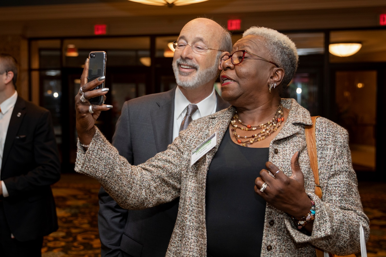 "<a href=""https://filesource.wostreaming.net/commonwealthofpa/photo/17520_LandI_Apprenticeships_NK_005.JPG"" target=""_blank"">⇣ Download Photo<br></a>Pennsylvania Governor Tom Wolf takes a selfie with Chaquita Barnett, of Builders Guild of Western Pennsylvania, during the 2019 Pennsylvania Apprenticeship Summit at Hershey Lodge on Thursday, October 31, 2019."