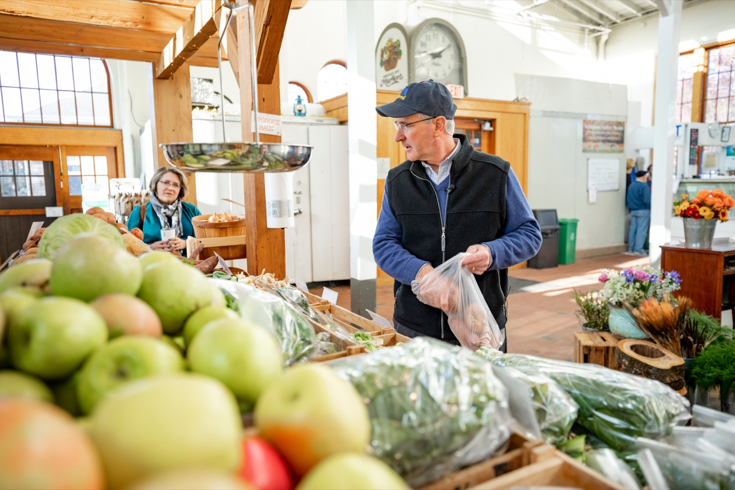 """<a href=""""https://filesource.wostreaming.net/commonwealthofpa/photo/17546_AGRIC_Buy_Local_NK_011.JPG"""" target=""""_blank"""">⇣Download Photo<br></a>Pennsylvania Department of Agriculture Secretary Russell Redding grocery shops for Thanksgiving dinner at Radish & Rye Food Hub inside Broad Street Market on Thursday, November 21, 2019."""