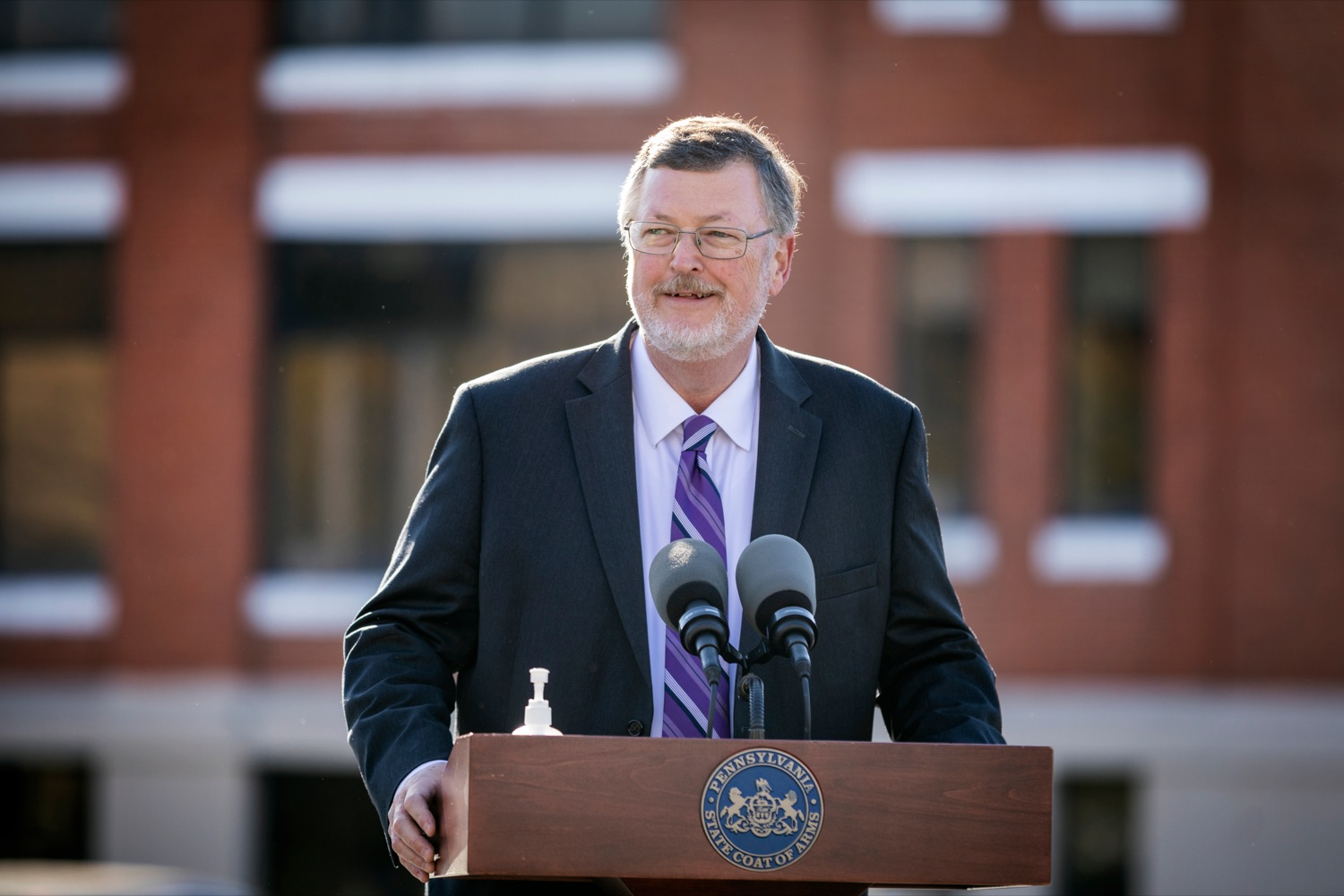 """<a href=""""https://filesource.wostreaming.net/commonwealthofpa/photo/18317_LI_CareerLink_NK_005.jpg"""" target=""""_blank"""">⇣Download Photo<br></a>Labor & Industry Secretary Jerry Oleksiak speaks during a press conference, which announced a redesigned PA CareerLink® website, outside of Pa CareerLink Capitol Region on Wednesday, October 14, 2020."""