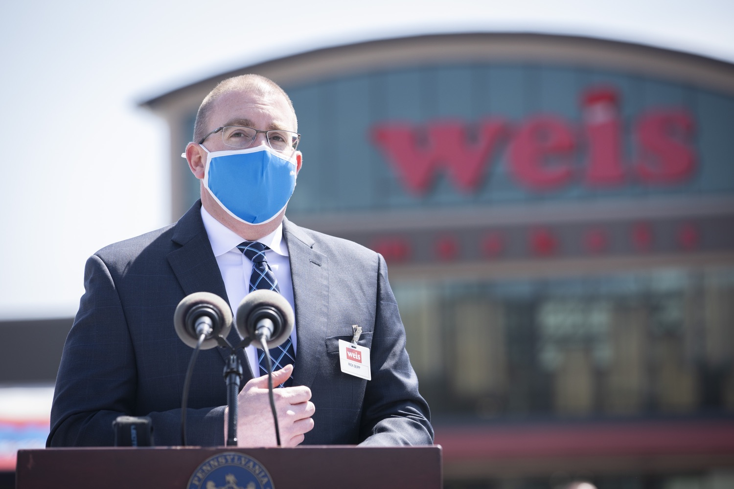 """<a href=""""https://filesource.wostreaming.net/commonwealthofpa/photo/18654_gov_vaccineeligibility_dz_008.jpg"""" target=""""_blank"""">⇣Download Photo<br></a>Rick Seipp, vice president of Weis Pharmacy speaking to the press.  Gov. Tom Wolf visited Weis Markets in Enola, Cumberland County, to recognize the heroic efforts of Pennsylvania's grocery store workers, who are now eligible for the COVID-19 vaccine.  The governor expressed his gratitude to Pennsylvania's 180,000 grocery store workers, who suddenly became frontline workers as the state took critical steps to mitigate the spread of COVID-19. Grocery stores were deemed life-sustaining businesses, and these employees put their lives at risk to ensure their stores remained open to the public. APRIL 06, 2021 - ENOLA, PA.."""