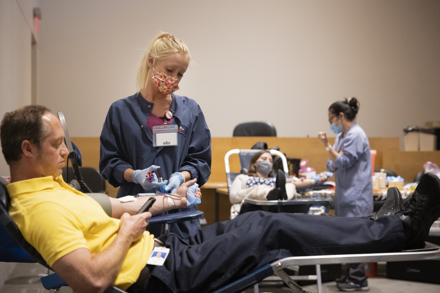 """<a href=""""https://filesource.wostreaming.net/commonwealthofpa/photo/18929_doh_blooddrive_dz_001.jpg"""" target=""""_blank"""">⇣Download Photo<br></a>Phlebotomists working with donors at the blood drive. Department of Health Acting Physician General Dr. Denise Johnson joined representatives from Pennsylvania Blood Centers to discuss the importance of donating blood, as the number of volunteers who regularly donate blood has dramatically decreased due to the ongoing COVID-19 pandemic.  Harrisburg, PA - August 19, 2021"""