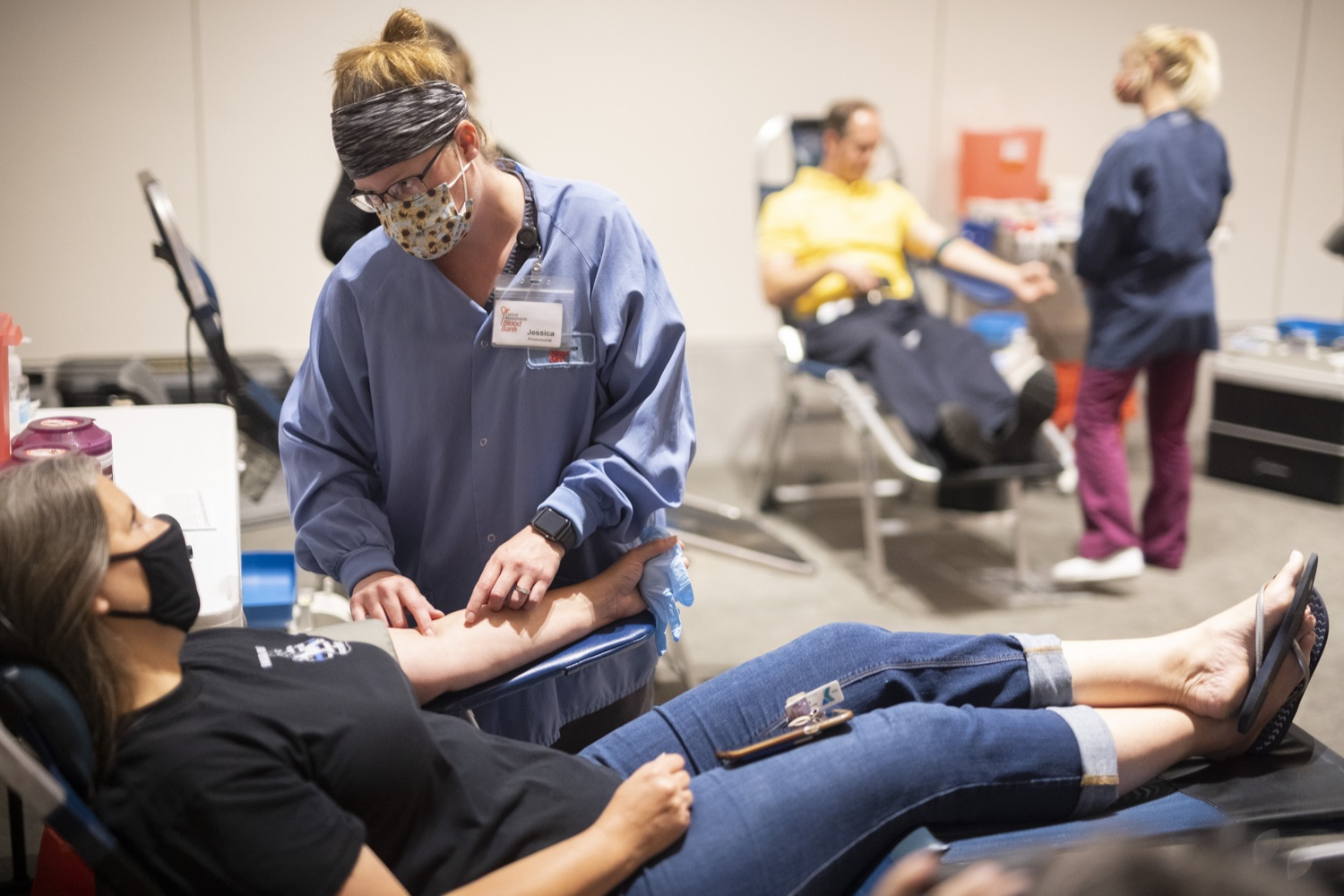 """<a href=""""https://filesource.wostreaming.net/commonwealthofpa/photo/18929_doh_blooddrive_dz_011.jpg"""" target=""""_blank"""">⇣Download Photo<br></a>Phlebotomists working with donors at the blood drive. Department of Health Acting Physician General Dr. Denise Johnson joined representatives from Pennsylvania Blood Centers to discuss the importance of donating blood, as the number of volunteers who regularly donate blood has dramatically decreased due to the ongoing COVID-19 pandemic.  Harrisburg, PA - August 19, 2021"""