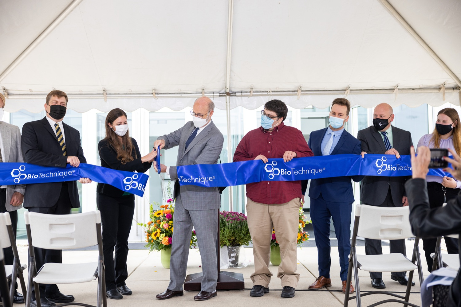 """<a href=""""https://filesource.wostreaming.net/commonwealthofpa/photo/20138_gov_BioTechniqueRibbon_dz_002.JPG"""" target=""""_blank"""">⇣Download Photo<br></a>Pennsylvania Governor Tom Wolf helps to cut the ribbon.  Governor Tom Wolf today joined BioTechnique CEO John Clapham, the Department of Community and Economic Developments (DCED) Governors Action Team (GAT), York County Economic Alliance CEO Kevin Schreiber, and local officials at the ribbon cutting ceremony for BioTechniques new pharmaceutical manufacturing facility in York County.   OCTOBER 12, 2021 - YORK, PA"""