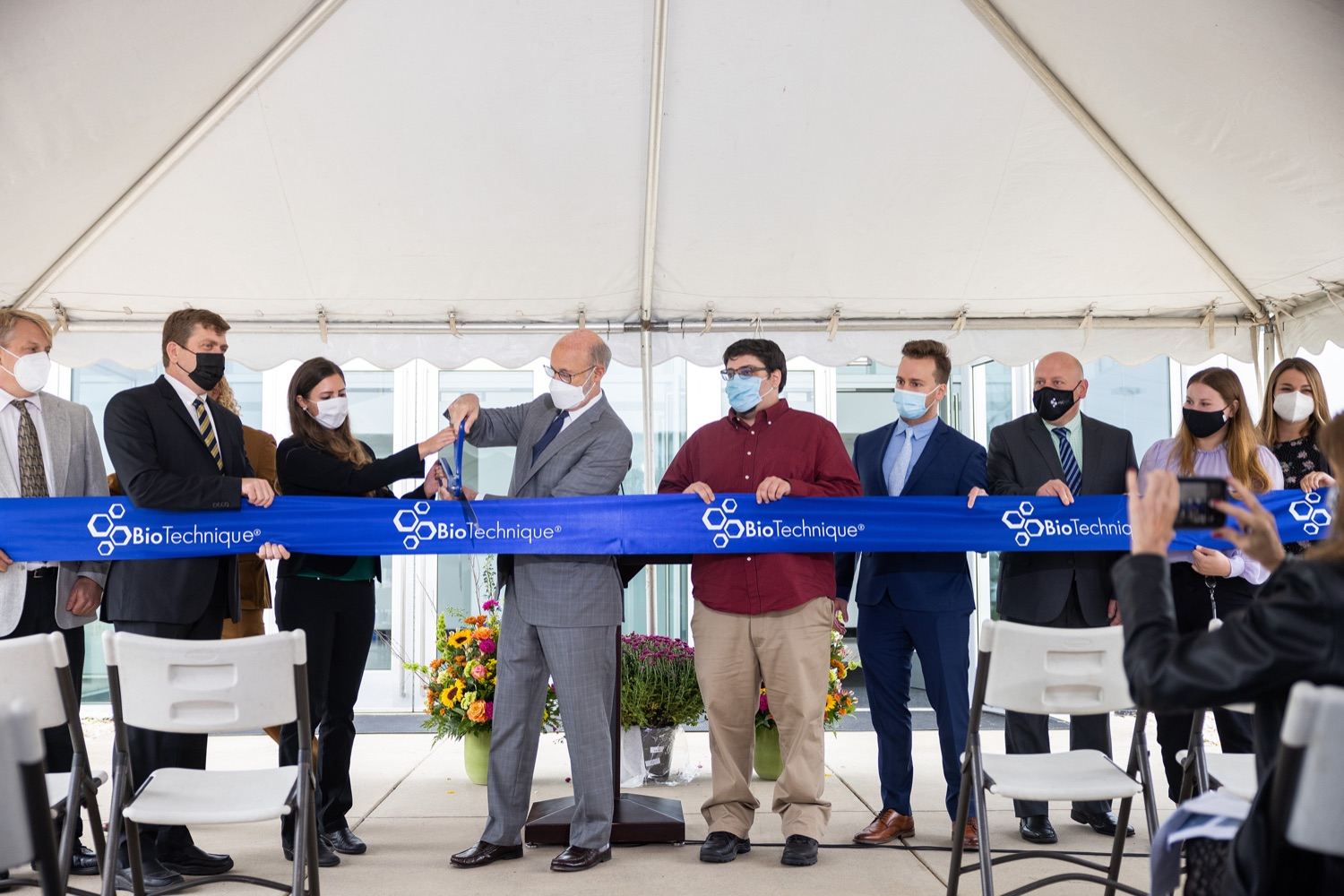 """<a href=""""https://filesource.wostreaming.net/commonwealthofpa/photo/20138_gov_BioTechniqueRibbon_dz_007.JPG"""" target=""""_blank"""">⇣Download Photo<br></a>Pennsylvania Governor Tom Wolf helps to cut the ribbon.  Governor Tom Wolf today joined BioTechnique CEO John Clapham, the Department of Community and Economic Developments (DCED) Governors Action Team (GAT), York County Economic Alliance CEO Kevin Schreiber, and local officials at the ribbon cutting ceremony for BioTechniques new pharmaceutical manufacturing facility in York County.   OCTOBER 12, 2021 - YORK, PA"""